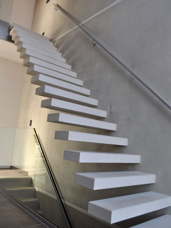 Een gepolierde prefab betontrap als blikvanger binnen of buiten betonal - Eigentijds trap beton ...
