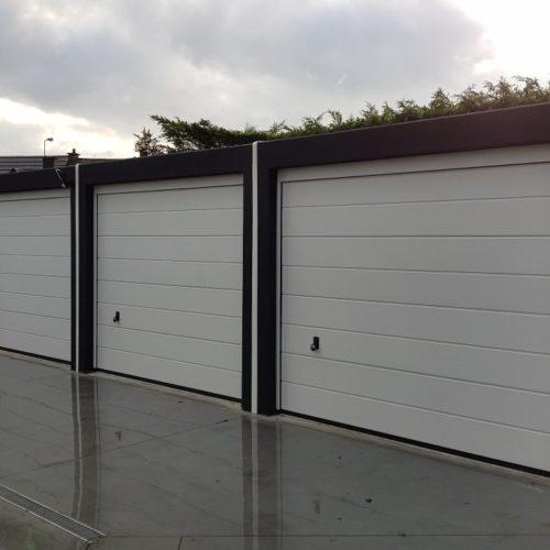 reeks garageboxen naast elkaar voor appartement
